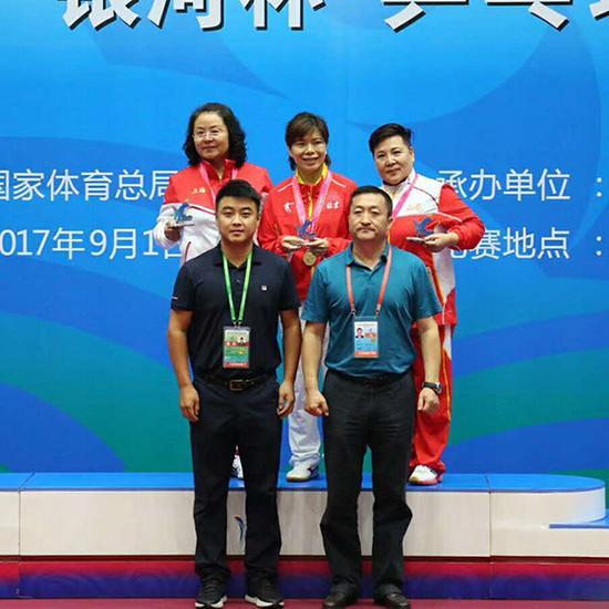 高树萍(后排中)在2017年天津全运会群众组夺冠。(图片由高树萍本人提供)