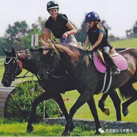 在教练指导下,孩子在骑马