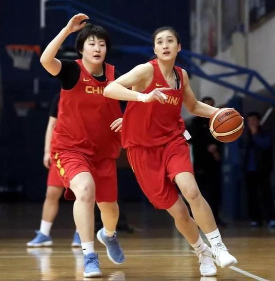 新疆姑娘王雪朦(右)