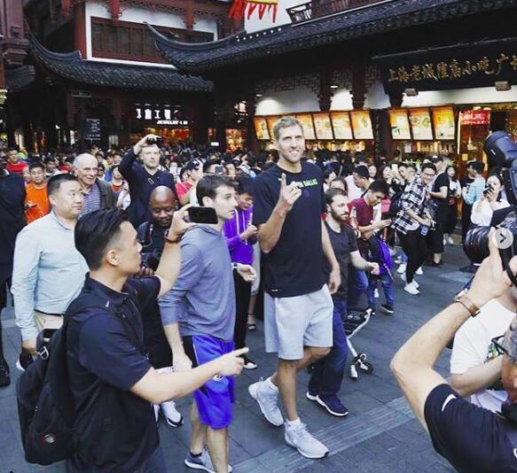 诺维茨基来到上海城隍庙,身边前呼后拥。