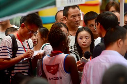 外籍选手接受媒体采访。