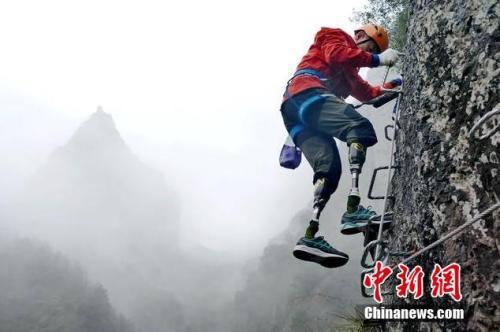 资料图:夏伯渝在登山训练中。 图 应剑飞