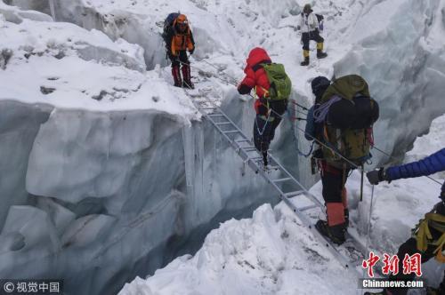 资料图:夏伯渝在攀登珠峰过程中。 图片来源:大燕网/视觉中国