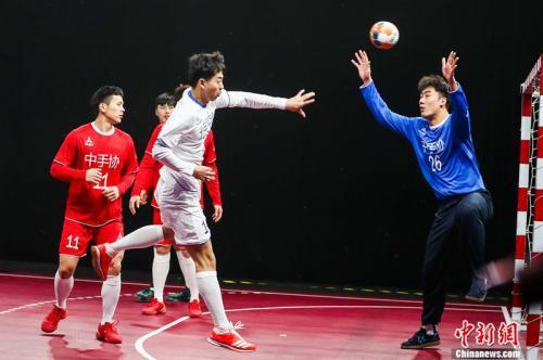 資料圖:男子手球超級聯賽發佈會現場,北京隊球員投門。主辦方供圖