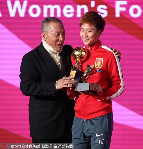 商瑞华为中国女足球员娄佳惠颁奖。