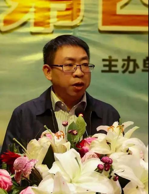 三清山风景区党委副书记周冲主持授奖仪式。