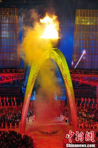 第16届亚运会11月12日晚在广州开幕。图为亚运会主火炬点燃