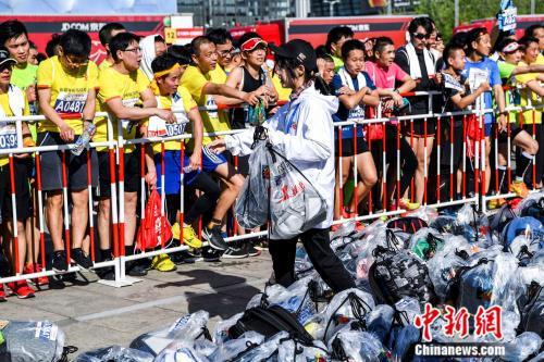 北京半马选手等着拿回自己的包。图片来源:赛事主办方