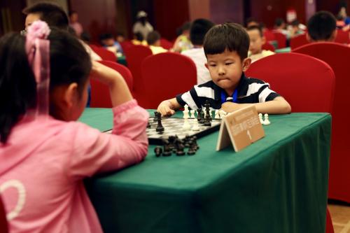 """(图片说明:国际象棋赛场小棋士之间的""""性别大战"""")"""