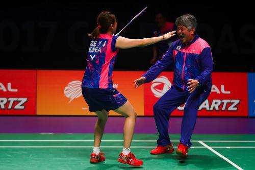 原韩国国家队主教练姜京珍(右)以及韩国前男双名将柳镛成添友邦羽,配相符双打训练。