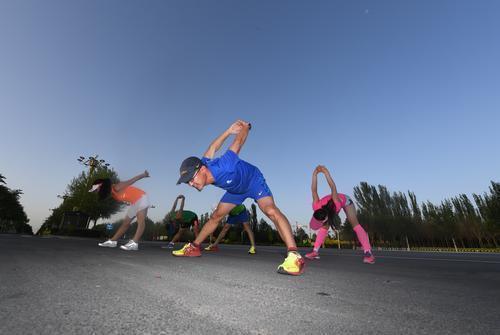 樊军总结了十几年的跑步经验,提醒参加马拉松的选手。