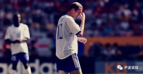 (高卢雄鸡在2002年世界杯低下了头颅)