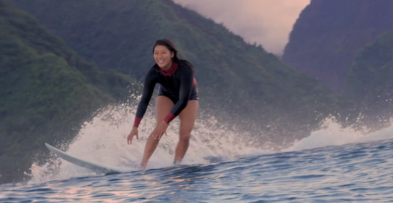 享受冲浪快乐的马西娜