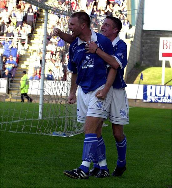 球员时代的约翰斯庆祝进球。