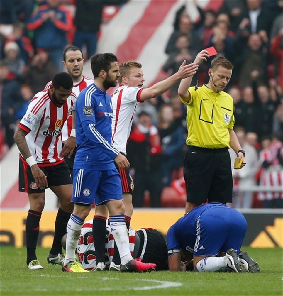 对阵桑德兰时吃到红牌的特里跪倒在地,久久不愿起身。