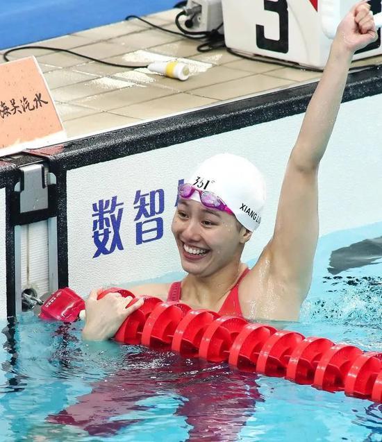 泳池中挥臂庆祝的刘湘