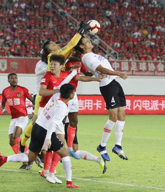 广州恒大主场0比1不敌武汉卓尔,这为上港带来了机会。新华社 图