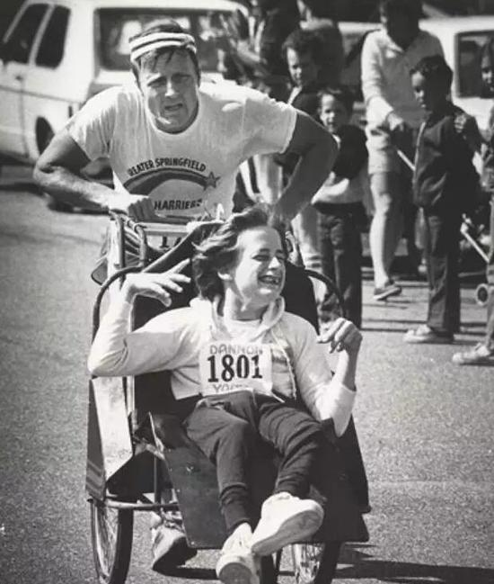 虽然那天之后,Dick像是残疾了一样,整整两周走路都不利索。
