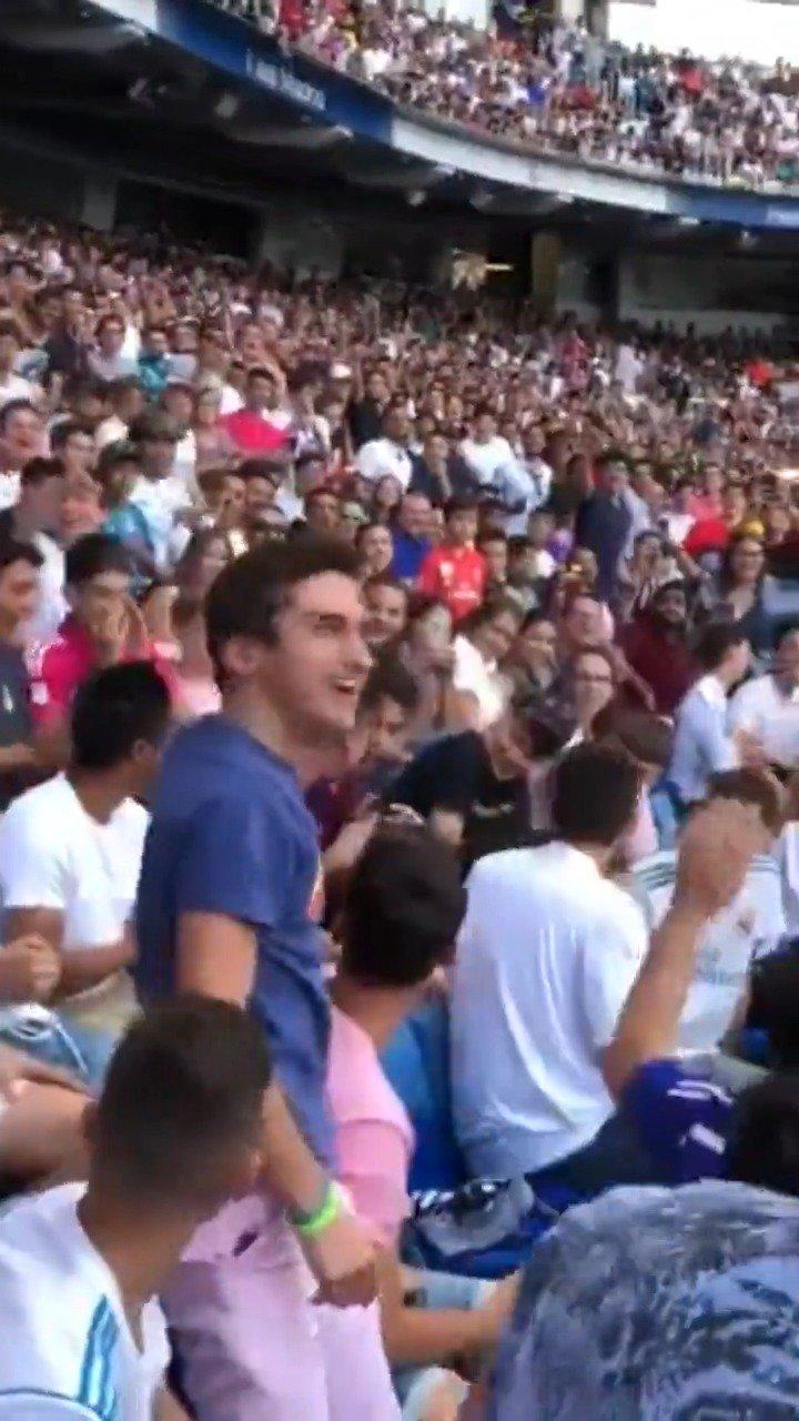 视频-阿扎尔伯纳乌亮相仪式 球迷穿巴萨球衣砸场子