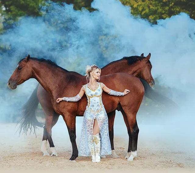 美女驯马师:马匹是传达宇宙力量