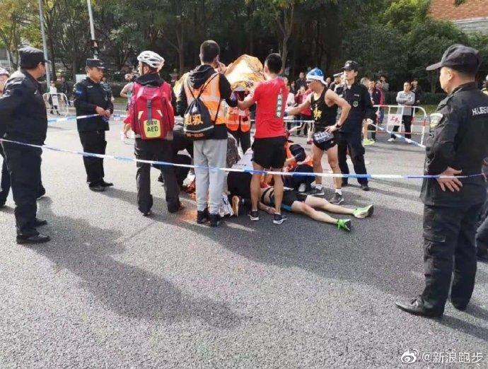 选手跑马拉松心脏骤停猝倒 三位医务跑者惊险救助