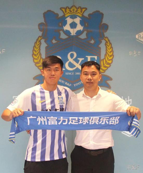 ▲广州富力足球俱乐部副董事长黄盛华与陈俊乐完成签约。