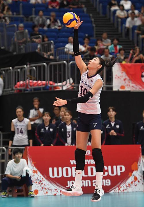 韩国队球员金软景在比赛中发球。