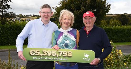一家人守号25年中4296万大奖 决定继续好好工作