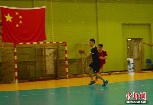 手球運動往往伴隨着激烈的身體對抗。邢蕊 攝