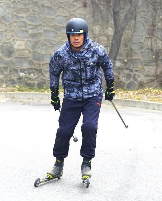 陈盆滨在老山进行越野滑雪的陆地实习