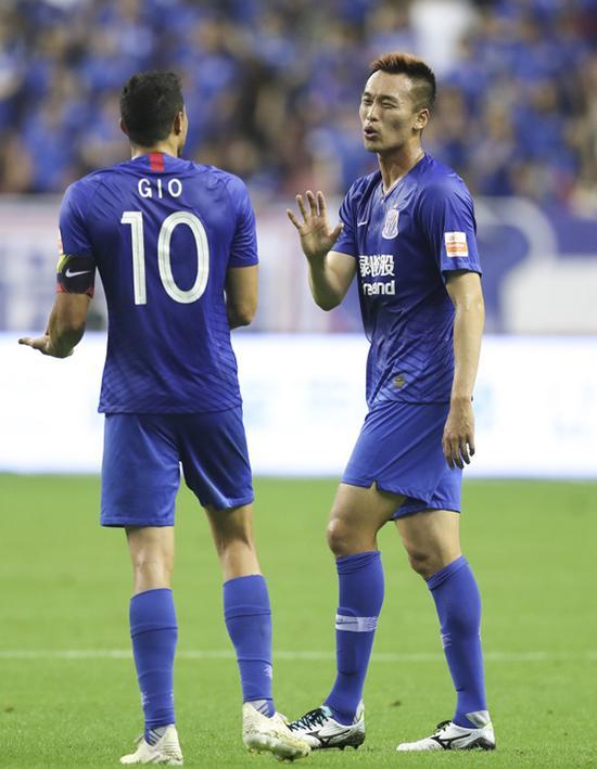金信煜(右)与莫雷诺在比赛中交流。