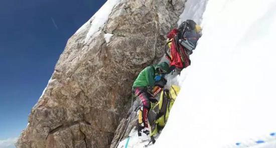 在2017年攀登南迦帕尔巴特3号到4号营地的途中,罗静精疲力竭在斜坡上休休。