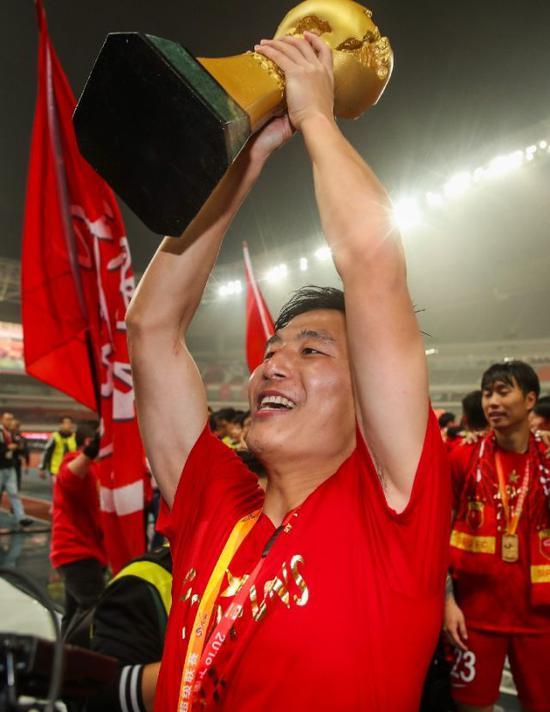 11月7日,武磊在賽后慶祝奪冠。新華社記者丁汀攝