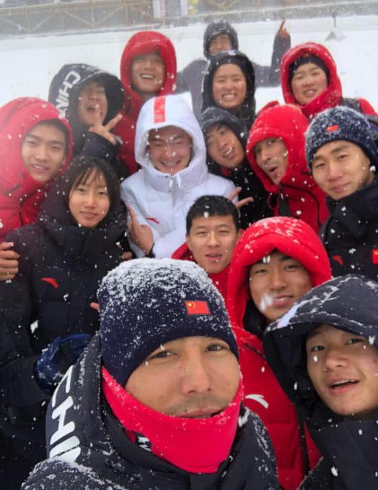 张培萌和队友在冰天雪地中合影。