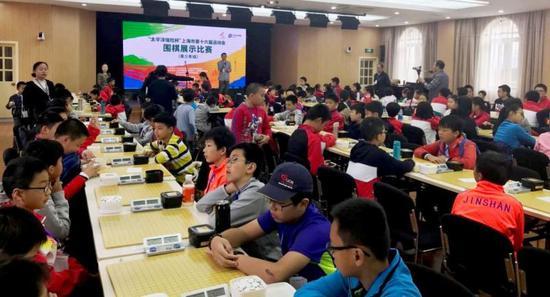 图说:市运会围棋赛场的热闹景象,是当下上海少儿围棋火爆的一个缩影。