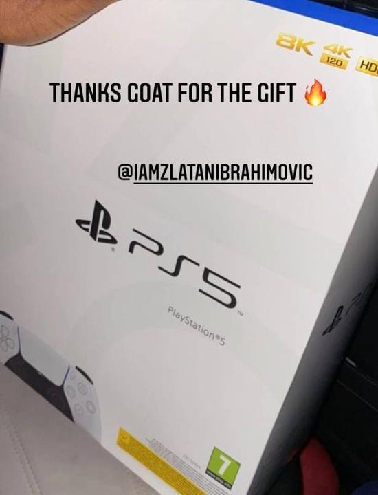 就是这么暖心!伊布给AC米兰队友送最新款游戏机