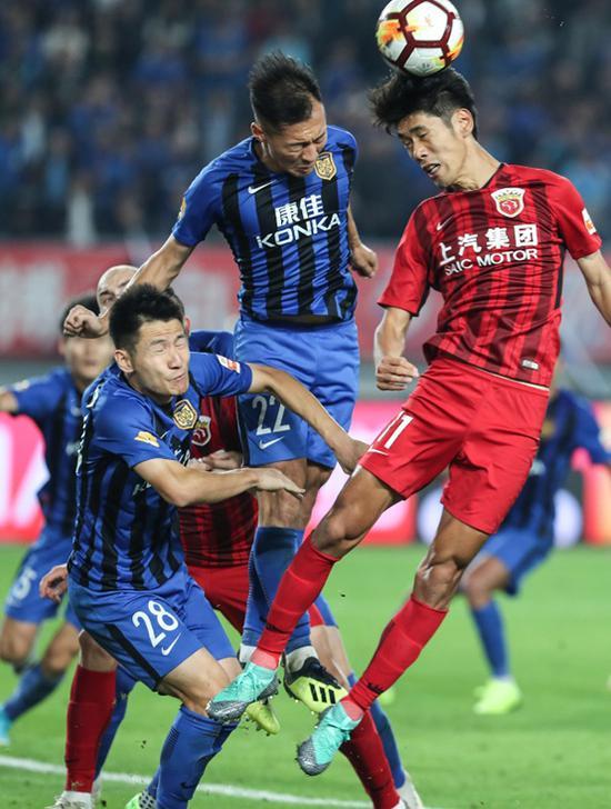 吴曦(中)、杨笑天(左)与吕文君在比赛中争顶。