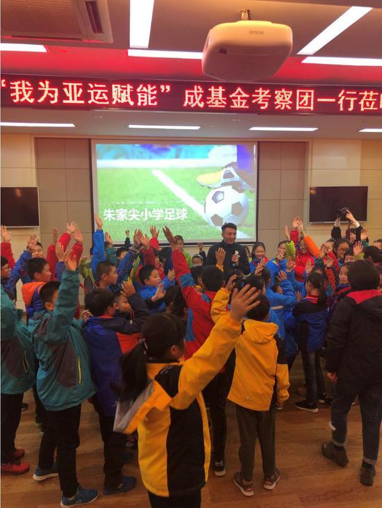 孩子们争先恐后的向理事长刘成挑问