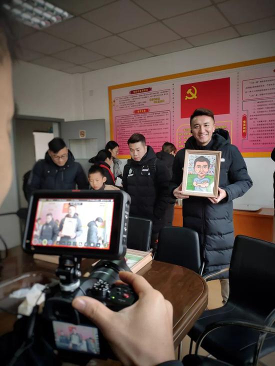 刘成给记者展现星洲幼学的孩子为他画的画像