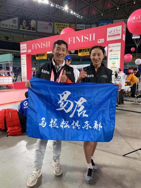 图说:李芷萱和她的教练李国强。