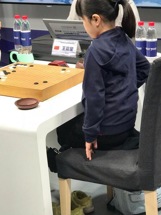 """10岁小朋友还只能""""跪坐""""在椅子上参赛"""