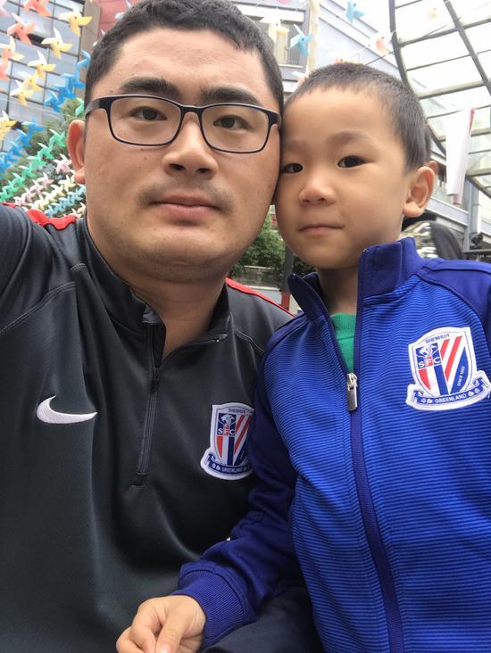 刘奕与儿子,申花情结的传承。