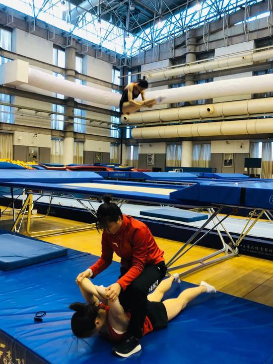蹦床队潜心冬训争创佳绩 进一步提升自选动作难度