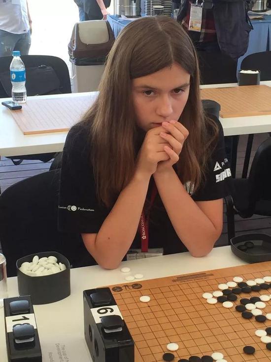 参加比赛的女棋手