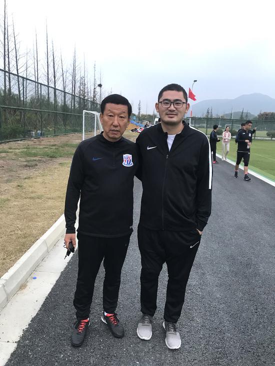 刘奕与申花队主教练崔康熙(左)