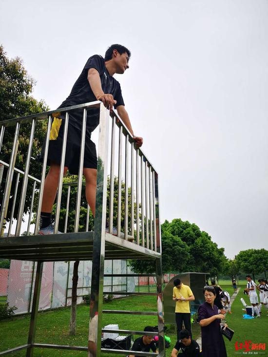 第一堂训练课上,李毅观察球队 摄影 欧鹏