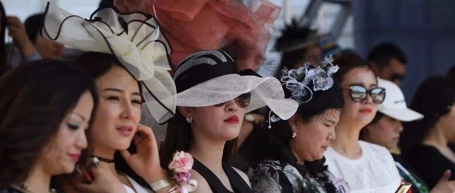 帽子的比拼成为赛场上一道靓丽的风景