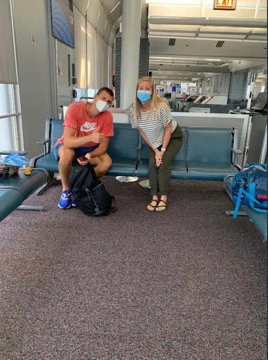 约基奇已经返美!网友在芝加哥机场偶遇