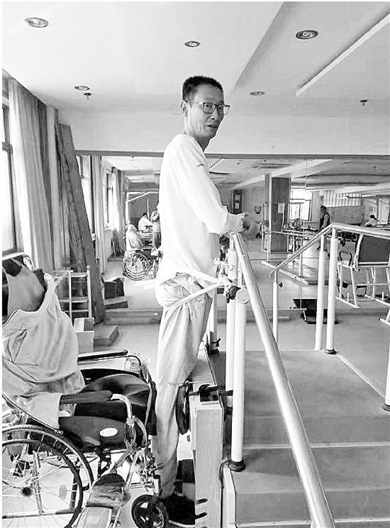 鄭亮依然每天積極進行康復訓練。錢江晚報 圖