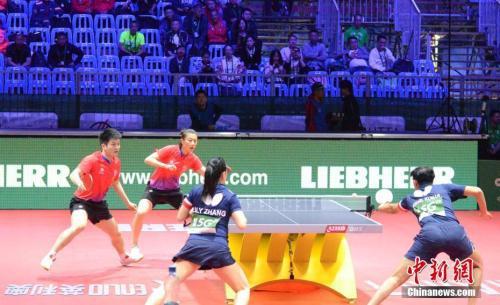 丁宁和樊振东在比赛中。中新社记者 马元豪 摄